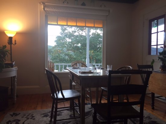 Bellows Falls, VT: Extra table for meals or for working on your laptop!