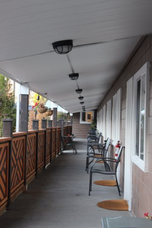 Cache Creek, Canada: patio in front of hotel