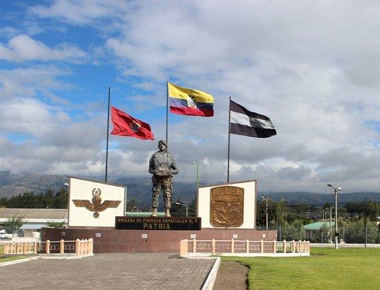 Latacunga, Ecuador: Monumento e piazza