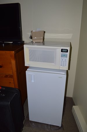 Fernie, Canada: Fridge and microwave in room