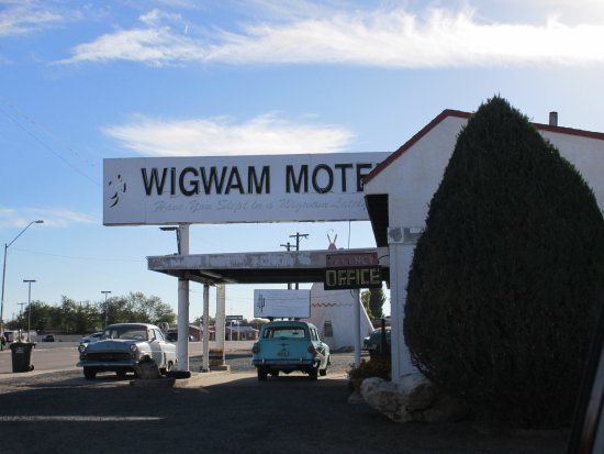 Wigwam Motel: Street view of the office