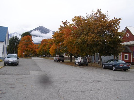 Nakusp, Kanada: The view up the street past Nick's Place (to the far right) in October 2017.