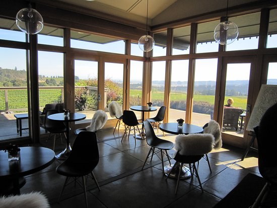 Salem, OR: Tasting room seating and view