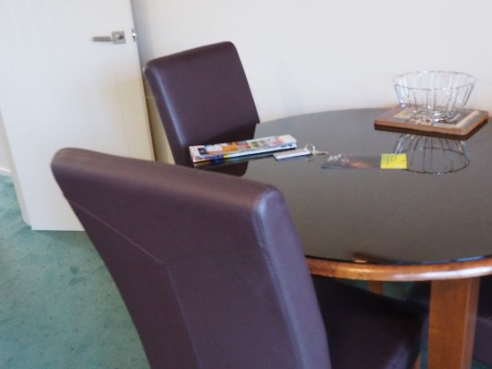 Fiordland Lakeview Motel and Apartments: Dinning table