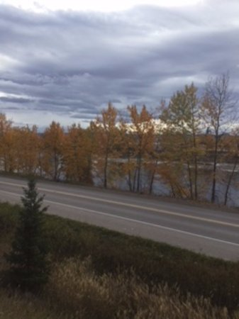 Prince George, Kanada: View of river from higher short dirt path.
