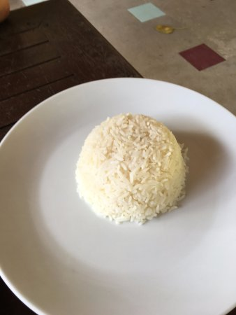 Phi Phi The Beach Resort: Steam rice. Put small portions in big plates is not an option. Big mistake!