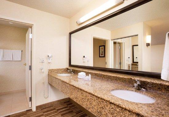 Natick, MA: Suite Bathroom