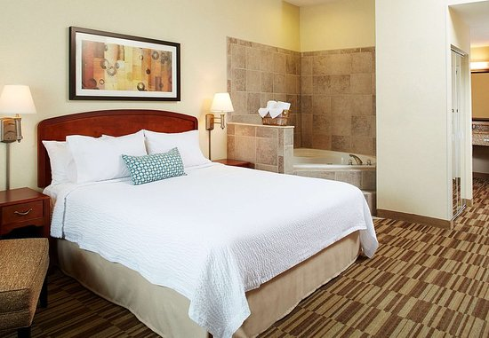 Natick, MA: King Whirlpool Guest Room