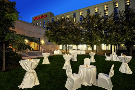 Sheraton Toronto Airport Hotel & Conference Centre: Outside Dining Dusk