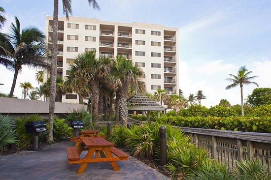 Hutchinson Island, FL: Grill area and beach walk.