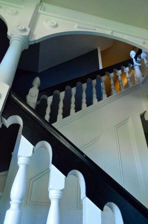 Roseburg, OR: Loved the restored bannister...in fact...the entire home!