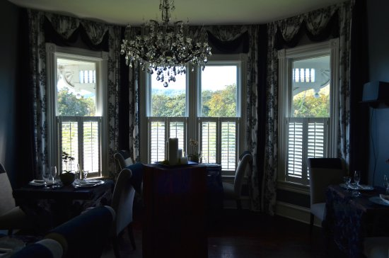 Roseburg, OR: One of the House' Bay windows (sitting room).