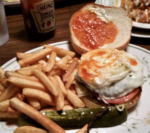 Pottersville, นิวยอร์ก: Papa Bear Burger w/ fries.