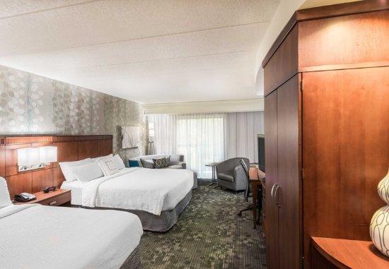 Lincoln, RI: Queen/Queen Guest Room