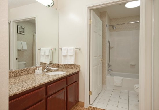West Springfield, MA: Suite Bathroom