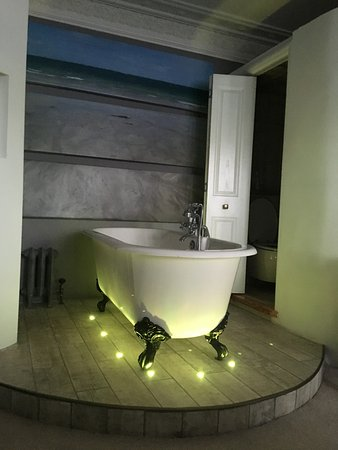 Alamo Guest House: Tub had colored lights and a beautiful beach scene to look at