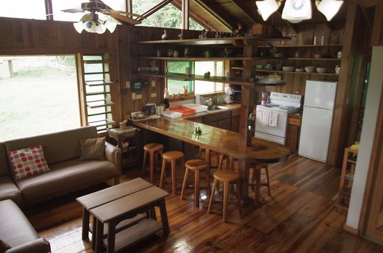 Tres Equis, Costa Rica: Kitchen and social area