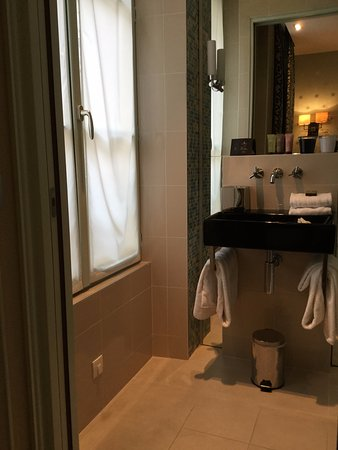 Hotel le Petit Paris: Attractive bathroom with rain shower