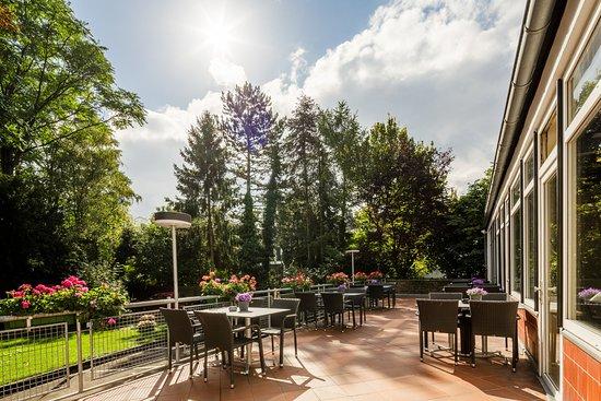 Hürth, Deutschland: Ausblick von der Terrasse zum Garten