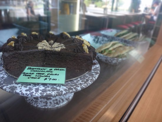Matakana, Neuseeland: Delicious cake, paninis in the back