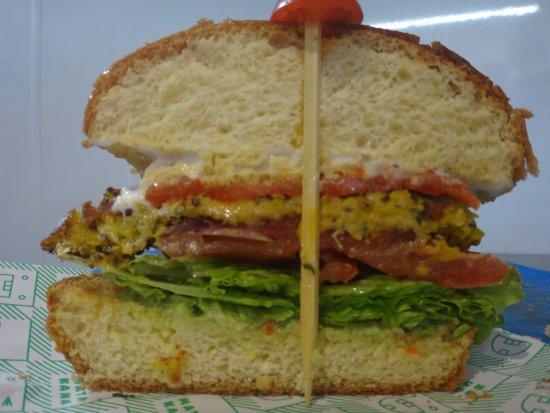 Matakana, Neuseeland: inside of the vegetarian burger with quinoa patty