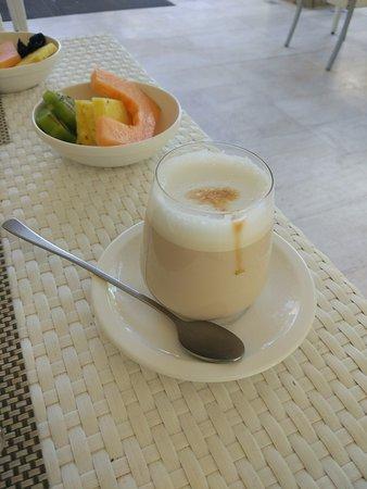 Narbolia, Italië: Latte Macchiato im Glas, leider beim Bodum, also zu heiss zum halten und trinken...