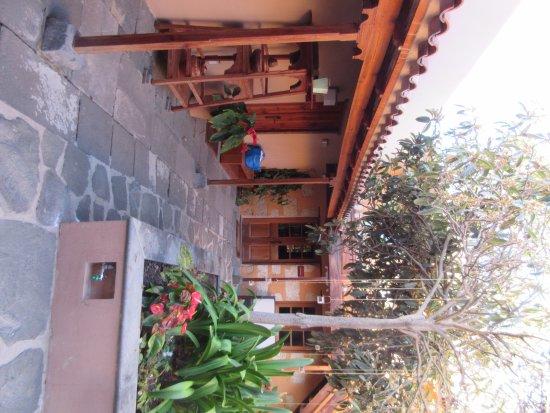 Hotel Rural El Mondalon: Patio tussen hotelkamers