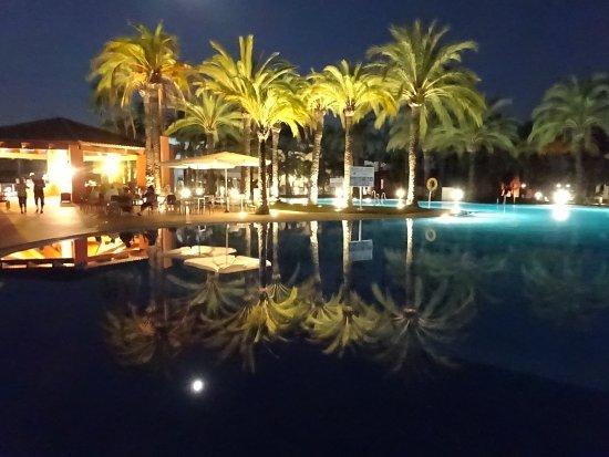 Club Marmara Marbella: un des piscines, avec la bar dans le fond