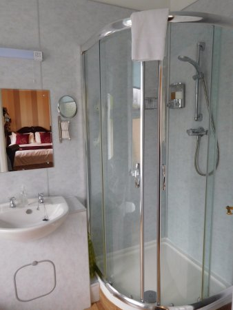The Claymore Guest House: Ensuite bathroom