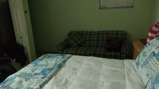 إيه بيتش ريتريت: Small sofa in the room