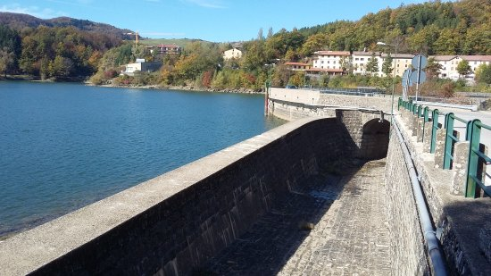 Lago tra i colli