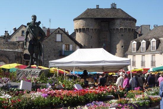 Marvejols, Франция: Notre bon roi Henri IV surveille la ville en ce jour de marché [le samedi matin]