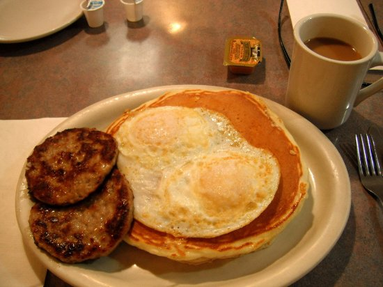Watertown, WI: GREAT sausage!! and the pancakes came just as I ordered them! Egges are perfectly over medium!