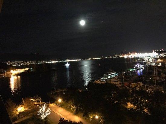 The Westin Bayshore, Vancouver: Vista noturna( com Lua refletindo), da janela do apartamento.