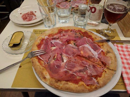 Il Forno dell'Oste: Pizza con base pomodoro senza mozzarella, con bufala, alici, capperi, pomodori secchi e crudo.