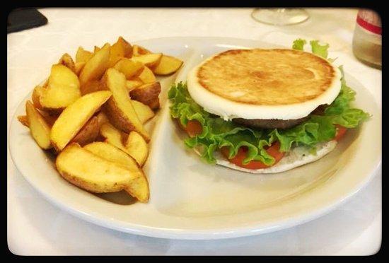 Vignola, إيطاليا: Tigelburger e patate