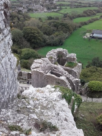 Corfe Castle, UK: Pretty thick walls. Must've used an awful lot of gunpowder.