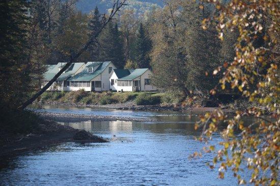 New Richmond, Canada: vue de la rivière sur les chalets Melancon.