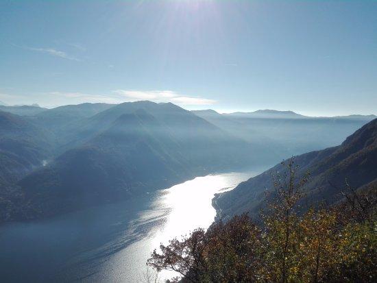 Schignano, Italie : panorama del lago di Como