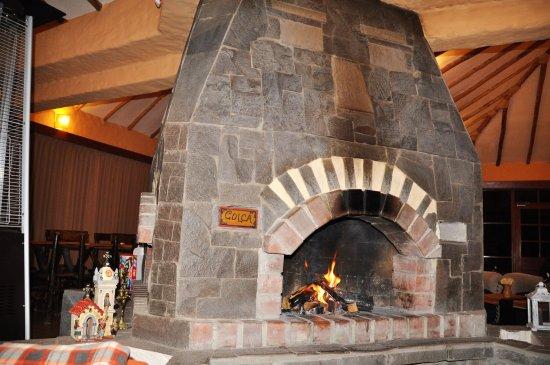 Pinchollo, Perú: Le feu ouvert donnant côté salon