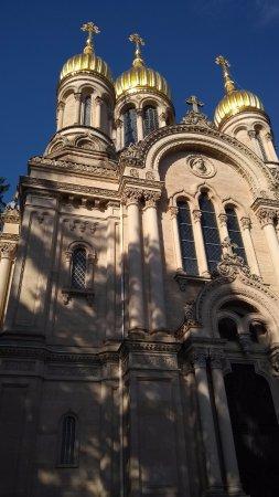 Russisch-Orthodoxe Kirche (auch : Griechische Kapelle): la cupulas bulbiformes doradas y soleadas