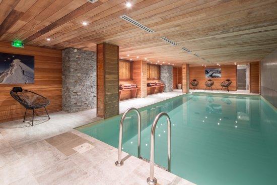 Piscine int rieure chauff e photo de hotel l 39 arboisie for Hotel megeve avec piscine interieure