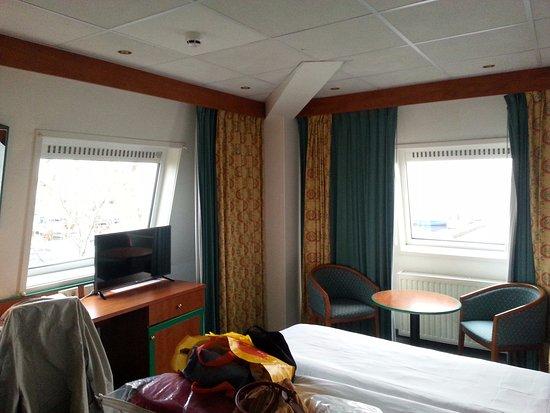 Fletcher Hotel-Restaurant Loosdrecht-Amsterdam : Vanuit beide ramen uitzicht op het water.