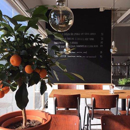 Bromma, Zweden: Vill du känna en levande atmosfär så har vi 18 barbordsplatser framför kött och delidisken