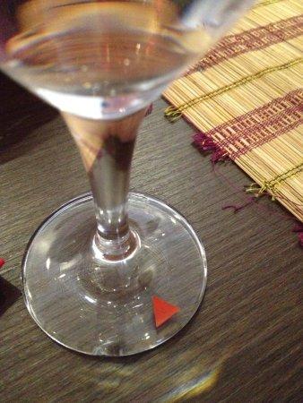 Ginti Indisches Restaurant Cologne: Broken water glass on edge