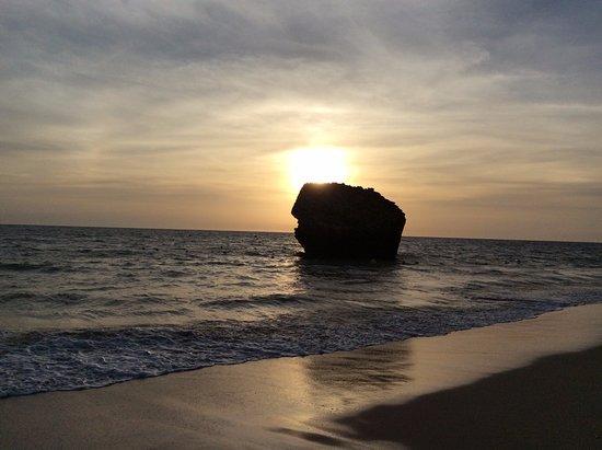 Carabela Beach & Golf Hotel: Playa, con la piedra famosa de Matalascañas