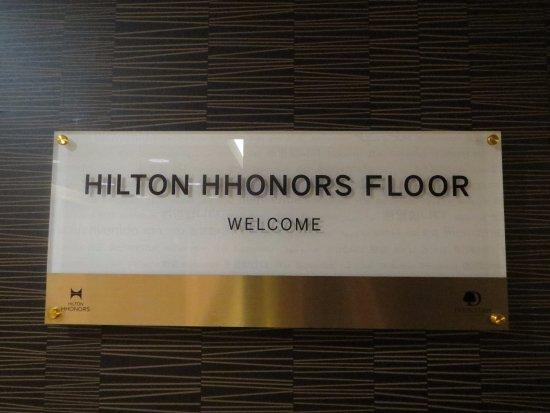 Doubletree by Hilton Philadelphia Center City: Hilton Honors floor signage