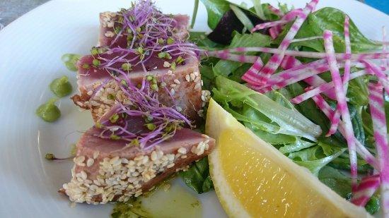 Attila: Vorspeise Thunfisch roh in Sesam an Salat