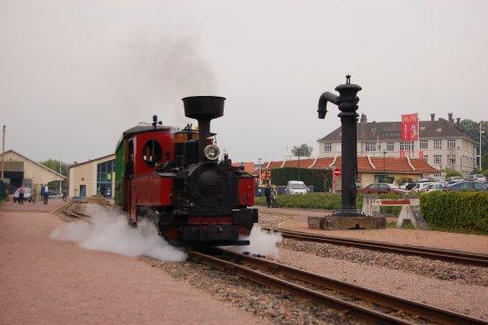 Le Creusot, Frankrijk: navette à vapeur à destination du parc, qui se prend en gare du Creusot.