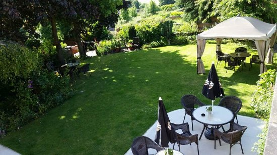 Dodworth, UK: A spacious beer garden found at the back of the pub!